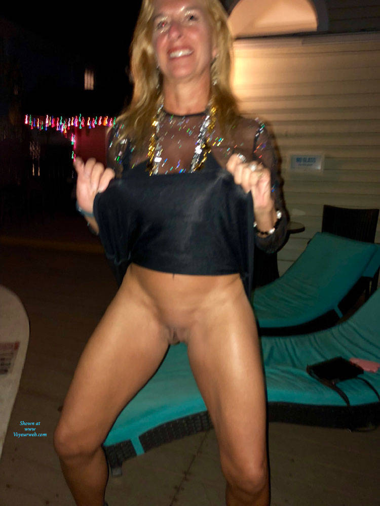Pic #2 Sexy Starla - Blonde, Public Exhibitionist, Flashing, Outdoors, Public Place, Shaved, Amateur, Pantieless Girls