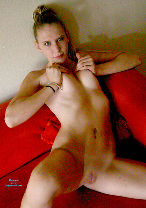 Pic #1 Sofa Fun - Nude Girls, Shaved, Amateur