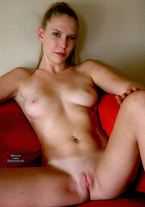 Pic #4 Sofa Fun - Nude Girls, Shaved, Amateur
