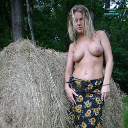 Haybales - Nude Girls, Big Tits, Blonde, Outdoors, Amateur