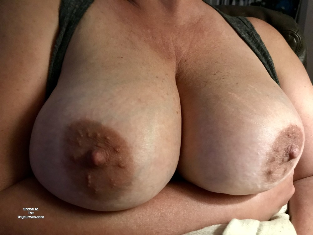 Pic #1 Very large tits of my wife - Robin