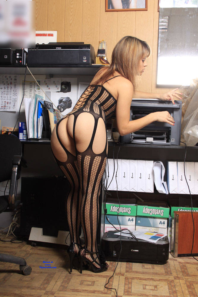 Pic #3 A Fish In A Grid - High Heels Amateurs, Lingerie, Shaved, Firm Ass