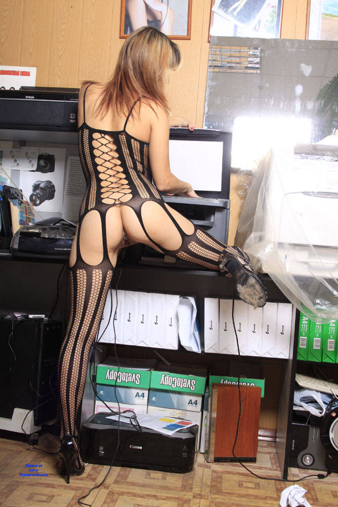 Pic #7 A Fish In A Grid - High Heels Amateurs, Lingerie, Shaved, Firm Ass