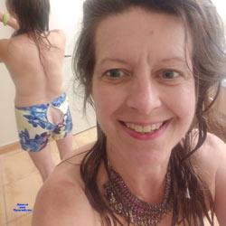 Showing Butt Crack - Brunette, Amateur
