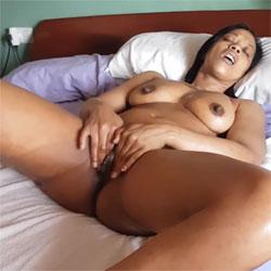 Cuando Esther Se Masturba Lo Hace Con Muchas Ganas - Nude Girls, Big Tits, Brunette, Ebony, Masturbation, Amateur
