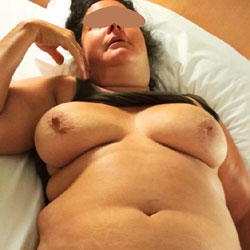 Gordita En La Cama Mostrando Las Tetas - Big Tits, Amateur