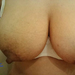 Hot Titties ... Juicy - Big Tits, Wife/Wives, Amateur