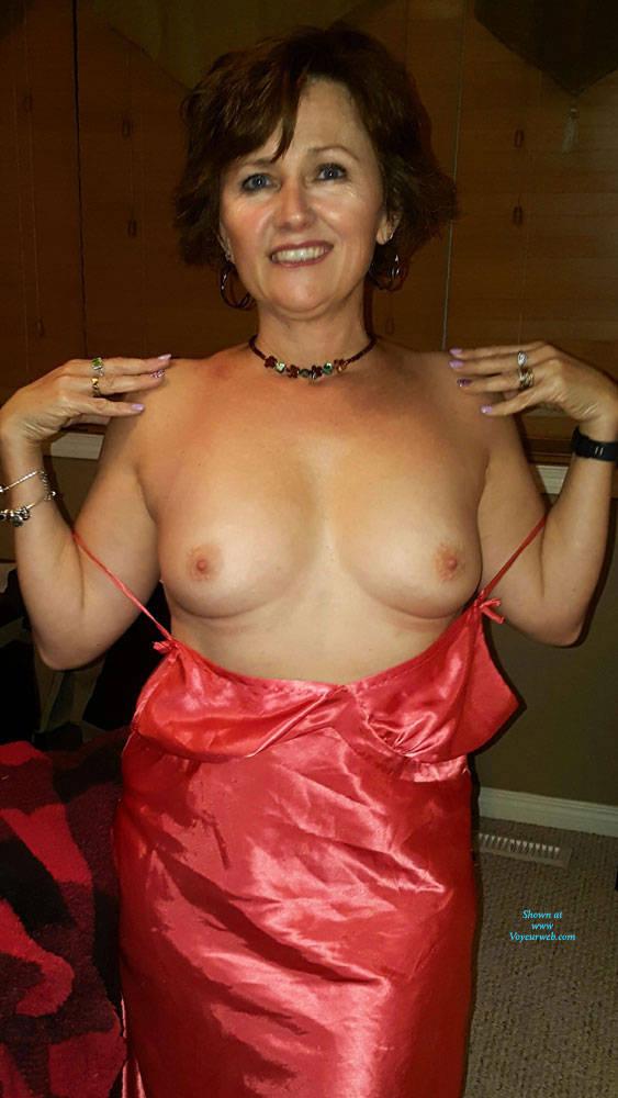 amateur milf displays naked body