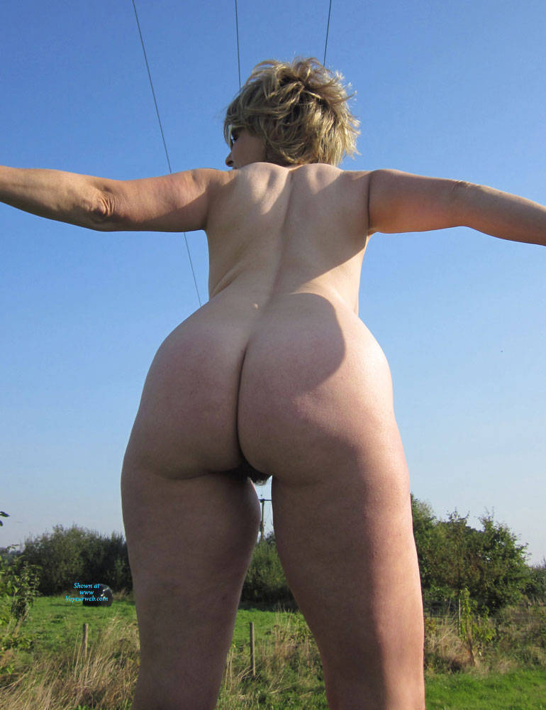 Pic #6 Lady Bee Out In The Country - Nude Girls, Big Tits, Outdoors, Amateur