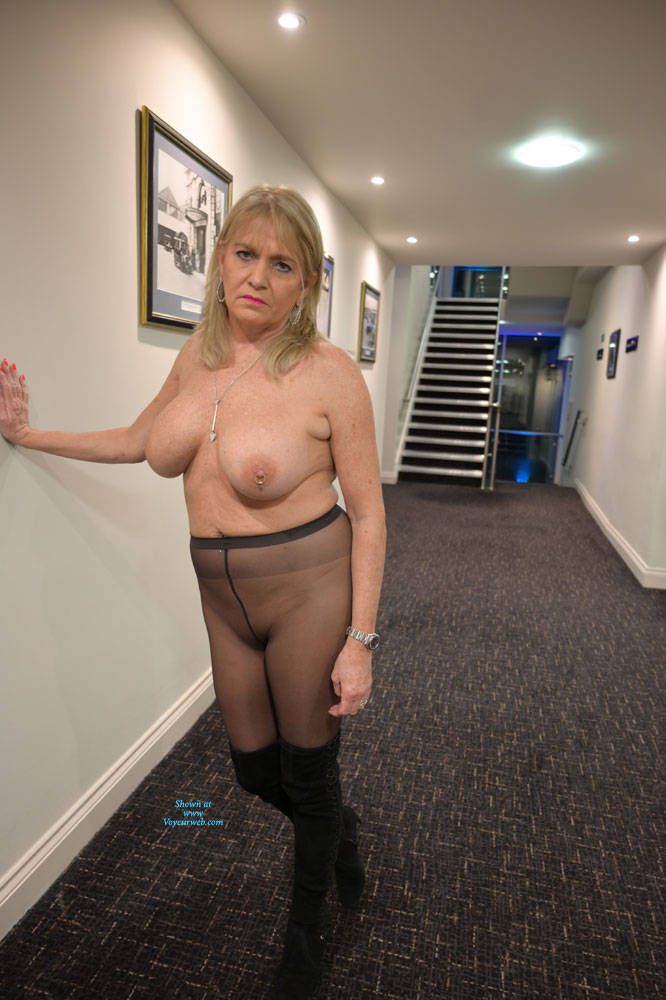 Pic #9 Croydon Hotel - Big Tits, Blonde, Public Exhibitionist, Flashing, Public Place, Amateur, See Through