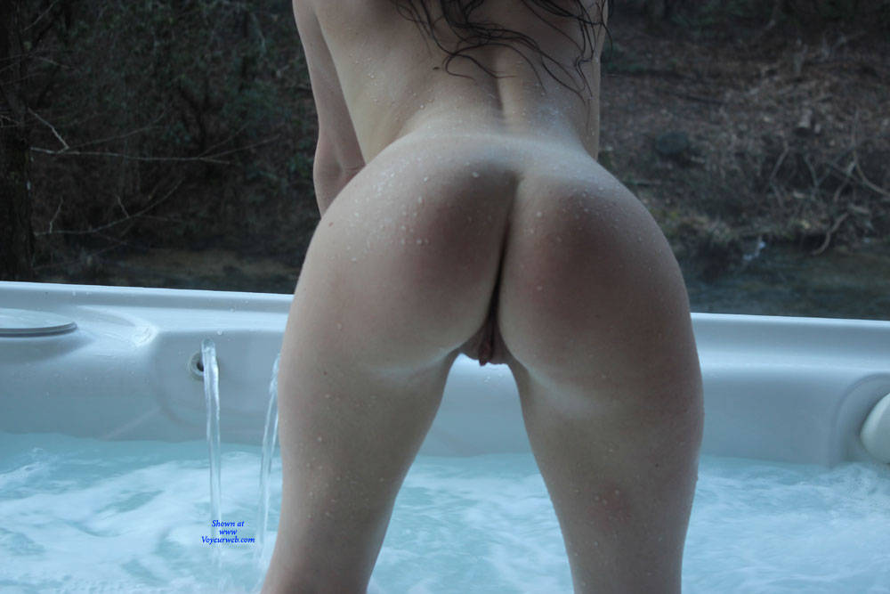 Pic #6 Sexy In The Hot Tub - Nude Girls, Big Tits, Brunette, Outdoors, Shaved, Amateur