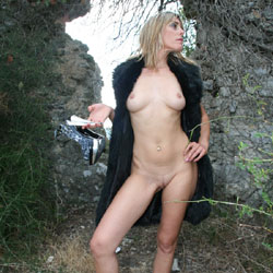 Christele Dans Les Ruines - Blonde Hair, Nude Outdoors, Perfect Tits, Naked Girl, Amateur