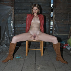 Peeing In An Abandoned Storage room - Shaved, Amateur, fetish pics, Brunette