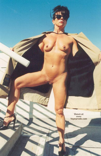 Pic #9 - Nude Bodybuilder Flasher!